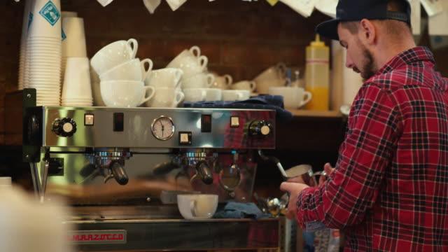コーヒーの文化。バリスタがコーヒーのカップを訪問者のためになります ビデオ