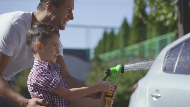 パパと息子が車を洗う。スローモーション - 援助点の映像素材/bロール