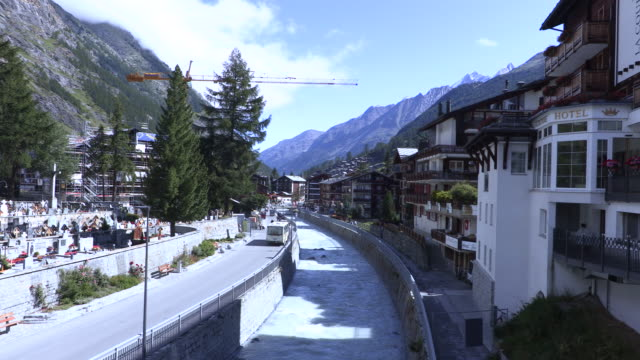 stockvideo's en b-roll-footage met het dagelijkse leven van forenzen en toeristen in de zwitserse alpen - zermatt
