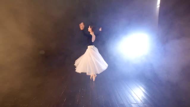 dans av ballerinan. dolly. närbild. hd. - på tå bildbanksvideor och videomaterial från bakom kulisserna