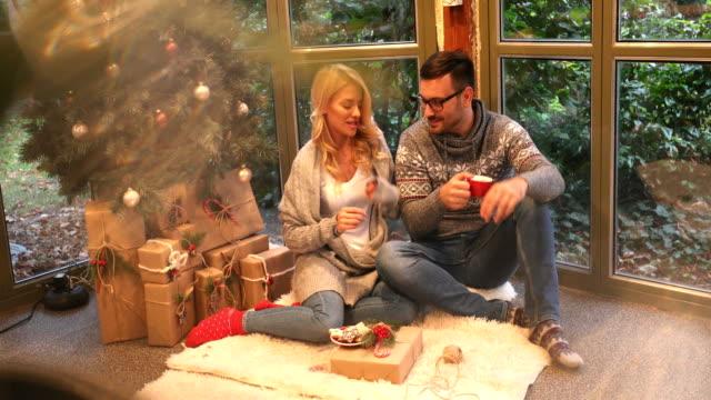dagen före jul - christmas gift family bildbanksvideor och videomaterial från bakom kulisserna