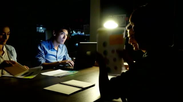 期限が来ています。ビジネスの作業だけでは誰も彼の仕事を助けていません。オフィスでだけで男の仕事。4 k 解像度。 - 東アジア点の映像素材/bロール