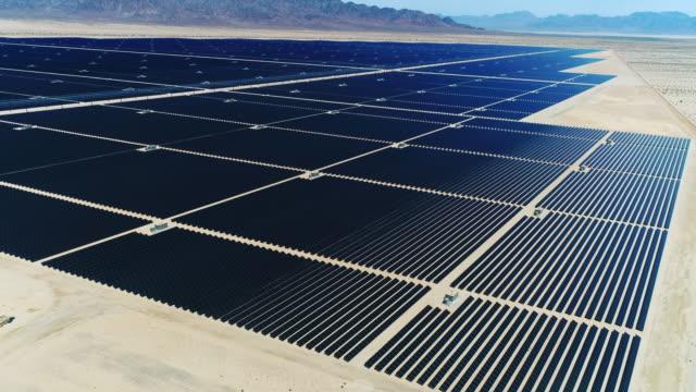사막의 햇빛 태양 농장 / 가장 큰 태양 열 농장 - 태양 에너지 스톡 비디오 및 b-롤 화면
