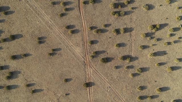 das verlassene hochlandtal in der nähe von flagstaff, arizona - aerial overview soil stock-videos und b-roll-filmmaterial