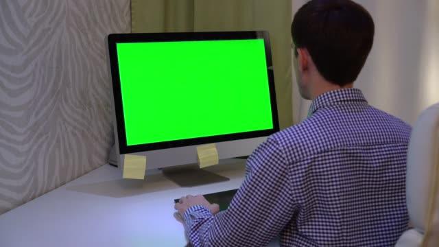 デザイナーは、クロマキー グリーン画面で pc でグラフィック タブレットで動作します。 - パソコン点の映像素材/bロール