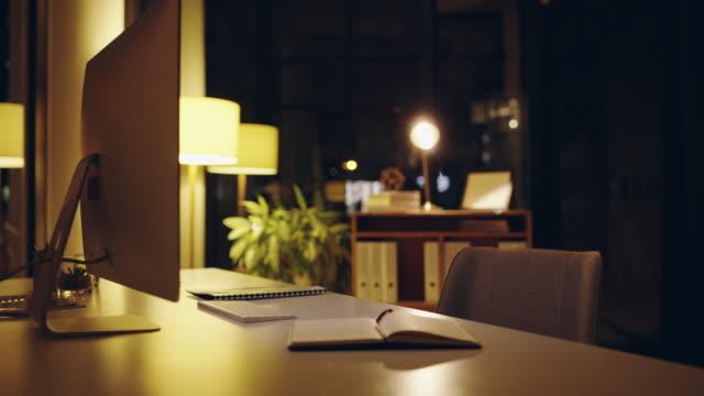 勤勉な労働者の机 - テーブル 無人のビデオ点の映像素材/bロール