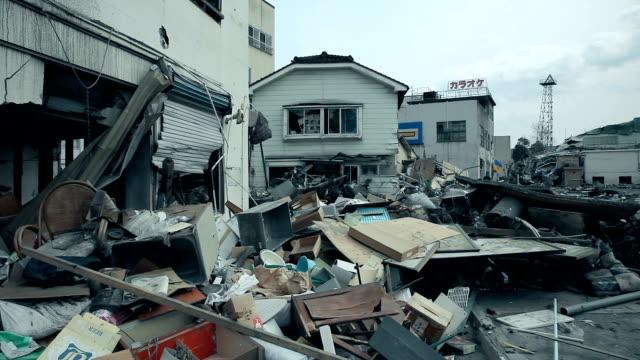 津波の後都市で破壊された家。 - 全壊点の映像素材/bロール