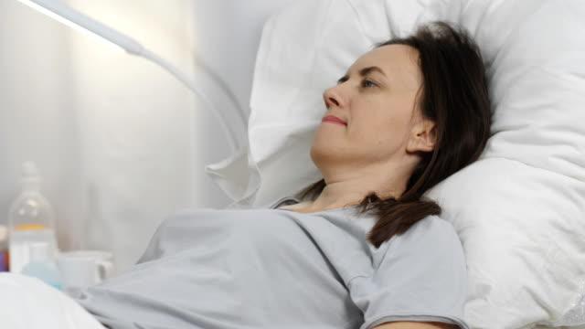 der arzt führt eine routine-untersuchung eines patienten in einer krankenstation. - geduld stock-videos und b-roll-filmmaterial