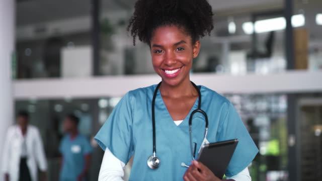 vídeos y material grabado en eventos de stock de la vida del médico es tan satisfactoria - doctora
