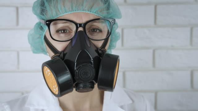 the doctor puts on gloves. - wschodnio europejski filmów i materiałów b-roll