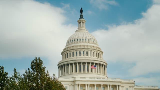 washington, dc bina tanınabilir capitol kubbe. mavi gökyüzü ve bulutlar karşı - kubbe stok videoları ve detay görüntü çekimi