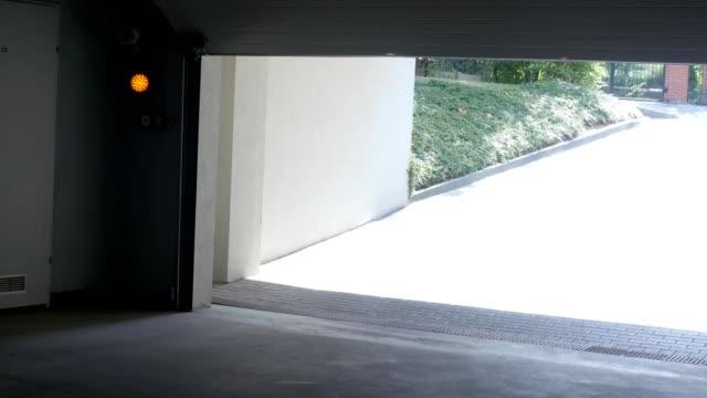 die tür zur garage halle schließt sich automatisch - garage stock-videos und b-roll-filmmaterial
