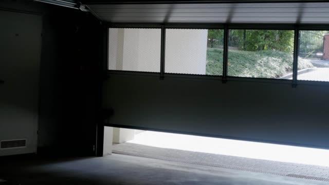 die tür zur garage halle öffnet automatisch - garage stock-videos und b-roll-filmmaterial
