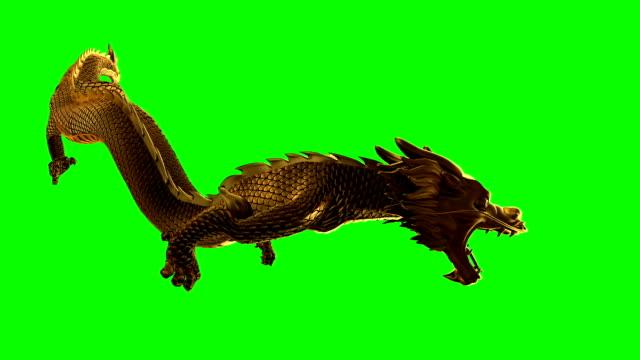 smok leci wysoko na zielonym ekranie - smok postać fikcyjna filmów i materiałów b-roll