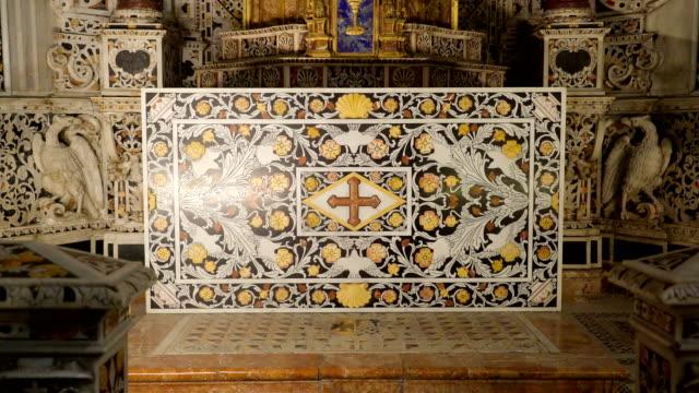 シチリア島パレルモの大聖堂の内部の大きな大理石のタブレット上の図面 - モンレアーレ点の映像素材/bロール