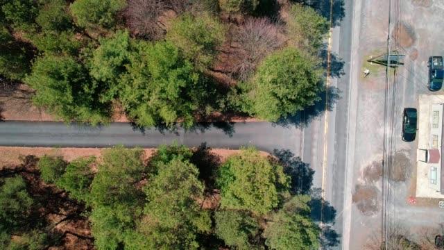die drohne-video: der kleine autobahn in pennsylvania direkt von oben - gebirge pocono mountains stock-videos und b-roll-filmmaterial