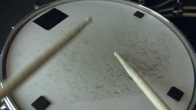 vídeos de stock e filmes b-roll de the drummer plays with sticks on a snare drum, home lesson training - bateria instrumento de percussão