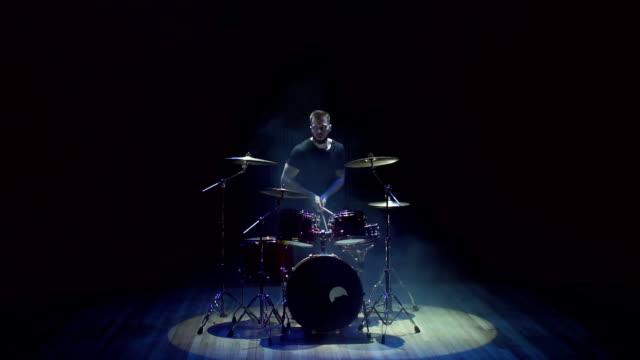 trummisen kastar pinnar och lämnar scenen - trumset bildbanksvideor och videomaterial från bakom kulisserna