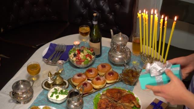 vídeos y material grabado en eventos de stock de la celebración judía de ocho días conocida como hanukkah o chanukah. a menudo llamado el festival de las luces, la fiesta se celebra con la iluminación de la menorah, alimentos tradicionales, juegos y regalos - hanukkah