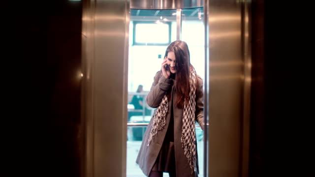 Die Lifttür ist offen. Frau stehend in den Aufzug und reden über das Smarphone und weggehen – Video