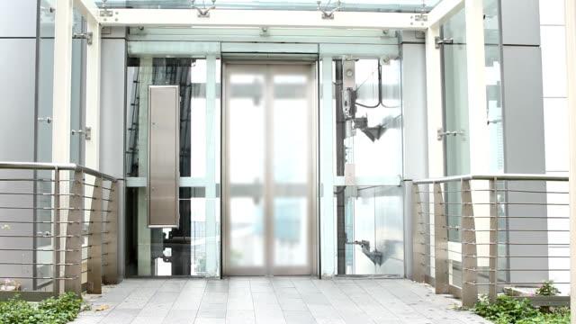 Der Aufzug Hinauf bewegen und geöffnet. – Video