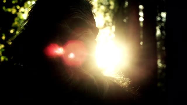 il misterioso creatura, bigfoot, a una fitta foresta. - yeti video stock e b–roll