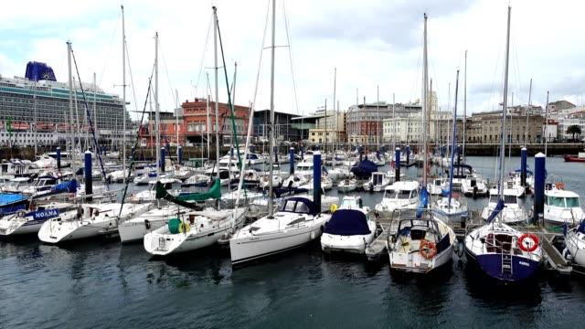 vídeos de stock e filmes b-roll de the embankment and yachts in la coruna. - transatlântico