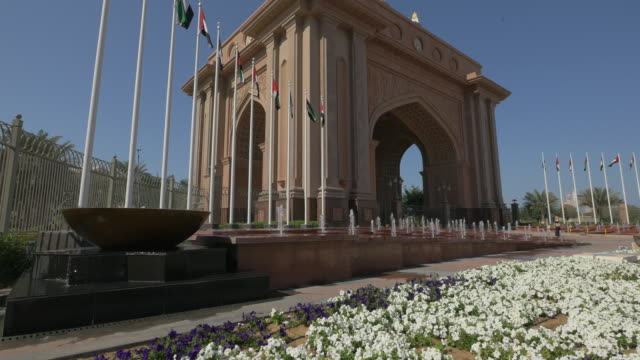 łuk triumfalny pałacu emirates, abu dhabi - uae flag filmów i materiałów b-roll