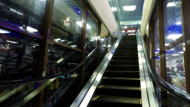 movimenti la scala mobile fino al centro commerciale versione hd - subway video stock e b–roll
