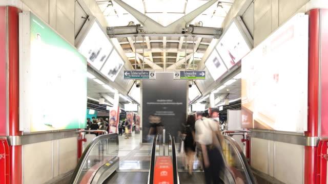 rulltrapporna i tågstationen trångt med passagerare - billboard train station bildbanksvideor och videomaterial från bakom kulisserna