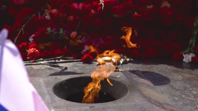 vídeos de stock e filmes b-roll de the eternal flame in russia - maio