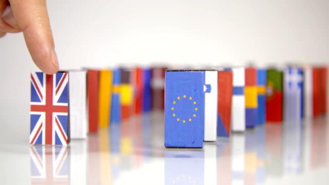 eu dominos fall. flaggor i europeiska länder som ett domino faller ner - brexit bildbanksvideor och videomaterial från bakom kulisserna
