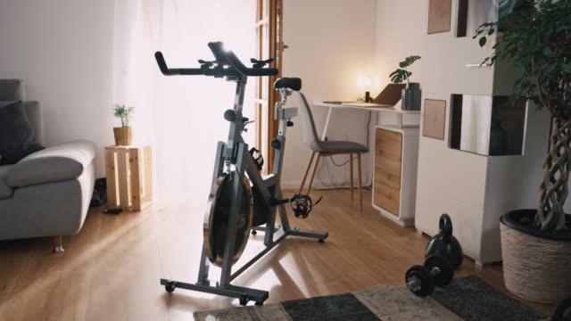 slo mo 집에서 운동 자전거 - 운동장비 스톡 비디오 및 b-롤 화면