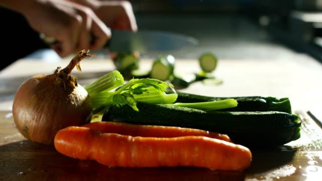 en ung kock händerna expert avslöja några färska grönsaker mycket färgade, baljväxter är viktiga för en medelhavsdiet kost rik på vegetabiliskt protein - pinjenöt bildbanksvideor och videomaterial från bakom kulisserna