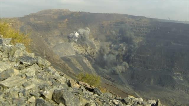 explosionen av järnmalm i en karriär. metallproduktion. - järn bildbanksvideor och videomaterial från bakom kulisserna