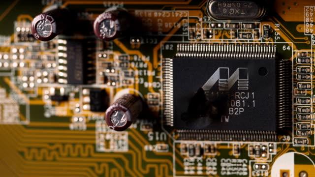 vídeos y material grabado en eventos de stock de la explosión del chip de la computadora. chispas, humo y fuego de un pequeño chip de computadora - placa madre