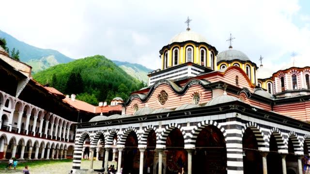utsidan av rila kloster - den största och mest kända östortodoxa klostret i bulgarien, 4k - bulgarien bildbanksvideor och videomaterial från bakom kulisserna