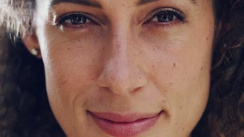 vídeos de stock e filmes b-roll de the face of contentment - primeiro plano