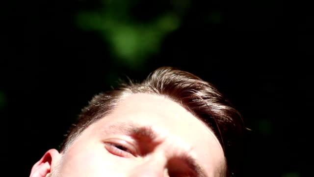 ひげを生やした男クローズ アップの顔 ビデオ