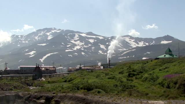 vídeos de stock, filmes e b-roll de a fábrica no vale de mutnovsky vulcão. - nordeste