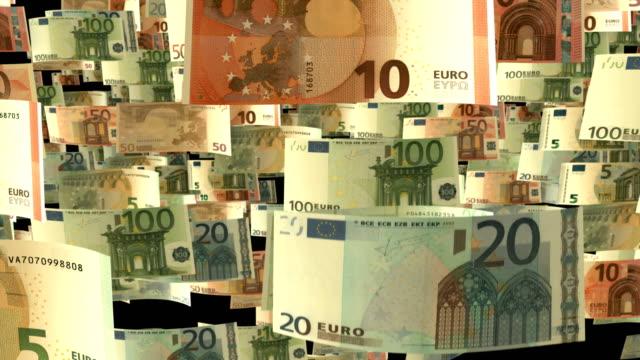 der falling euro-hintergrundanimation mit fallenden euro-banknoten in zeitlupe - strafstoß oder strafwurf stock-videos und b-roll-filmmaterial