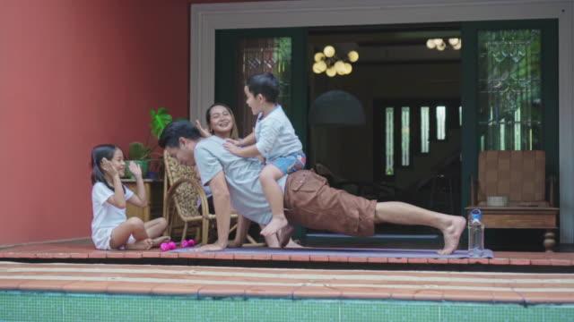 vídeos de stock e filmes b-roll de the family enjoyed the exercise of the father,slow motion - treino em casa