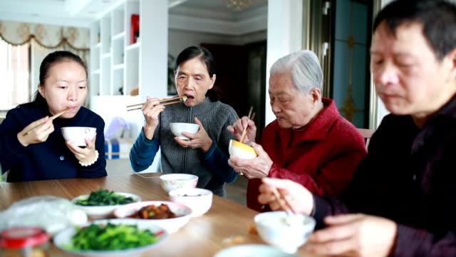 La familia está almorzando juntos. - vídeo