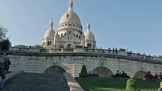 den berömda basilikan sacre-coeur i montmartre, paris - montmatre utsikt bildbanksvideor och videomaterial från bakom kulisserna