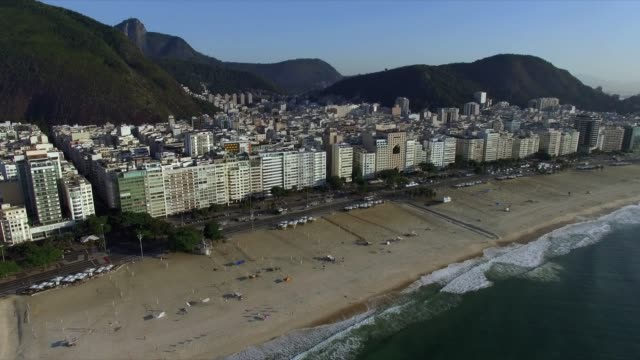 リオデジャネイロの有名なコパカバーナビーチ。ブラジル南米。 - コパカバーナ海岸点の映像素材/bロール