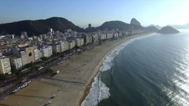リオデジャネイロの有名なコパカバーナビーチ。ブラジル。 - コパカバーナ海岸点の映像素材/bロール