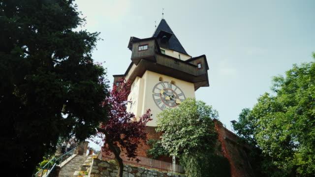 vídeos de stock, filmes e b-roll de a famosa torre relógio velha na cidade de graz, na áustria. lugar popular entre os turistas. tiro de steadicam - áustria