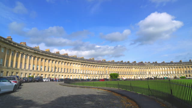 den berömda royal crescent i bath, storbritannien - halvmåne form bildbanksvideor och videomaterial från bakom kulisserna