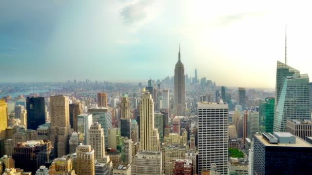 Der berühmte Blick auf die Skyline von New York, Nebel über der Stadt. Empire State Building und andere Sehenswürdigkeiten. Blauer Himmel. New York, USA – Video