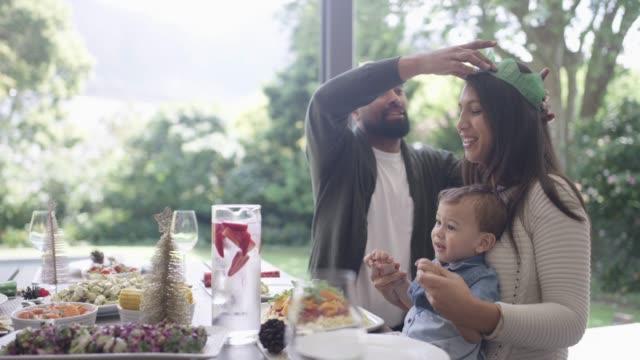 お祝いの季節は、すべての楽しさと家族についてです ビデオ